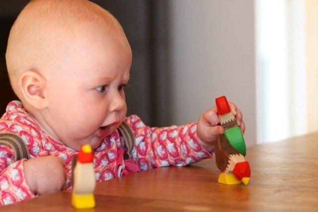 Kleine entdecker spielen mit holzspielzeug