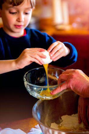Kinder helfen gerne in der Küche
