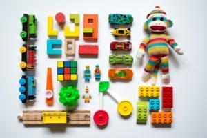 Weniger Spielzeug fördert die Kreativität Ihres Kindes.